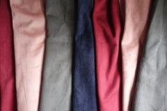 Künstliche Veloursledergewebe in den verschiedenen Farben gefaltet Lizenzfreie Stockbilder