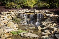 Künstliche Wasserfall-Wasser-Funktion Stockfotografie