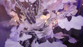 Künstlicher Baum gemacht vom Papier mit Lichtern, Dekor stock video footage