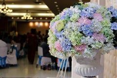 Künstlicher Blumenstrauß bunt vom Blumendekor in der Hochzeitszeremonie mit Kopienraumhintergrund Selektiver Fokus und flache Tie Lizenzfreie Stockbilder