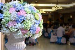 Künstlicher Blumenstrauß bunt vom Blumendekor in der Hochzeitszeremonie mit Kopienraumhintergrund Selektiver Fokus und flache Tie Lizenzfreie Stockfotografie