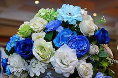 Künstlicher Blumenstrauß bunt vom Rosen-Blumendekor in der Hochzeitszeremonie Selektiver Fokus und flache Schärfentiefe Stockfotos