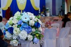 Künstlicher Blumenstrauß bunt vom Rosen-Blumendekor in der Hochzeitszeremonie Selektiver Fokus und flache Schärfentiefe Stockbilder