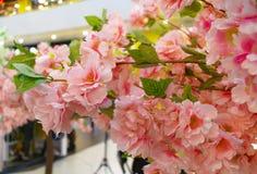 Künstlicher dekorativer Baum von rosa Kirschblüte Nahaufnahme lizenzfreie stockbilder