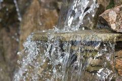künstlicher dekorativer Wasserfall mit drei Modulationen Lizenzfreie Stockfotografie