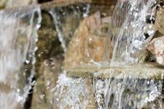 künstlicher dekorativer Wasserfall mit drei Modulationen Stockbild