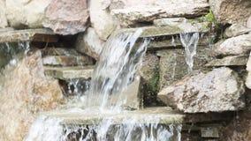 künstlicher dekorativer Wasserfall mit drei Modulationen Lizenzfreies Stockfoto