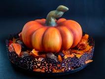 künstlicher Kürbis der Halloween-Herbstdekoration in den orange Farben auf schwarzem Hintergrund stockfoto