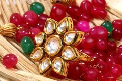 Künstlicher Ring mit einem Stein im gelben Kasten und mit irgendeinem rotem Stein stockfotos