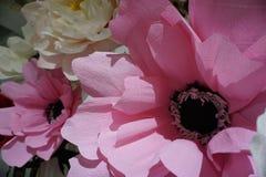 Künstlicher rosa Blumenabschluß oben mit Rosa- und Weißrose auf Hintergrund Stockfotografie