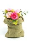 Künstlicher rosafarbener Blumenblumenstrauß im kleinen Sack Stockbilder