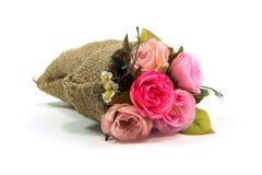 Künstlicher rosafarbener Blumenblumenstrauß im kleinen Sack Stockfotografie