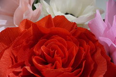 Künstlicher roter Blumenabschluß oben mit weißen Blumen auf Hintergrund Lizenzfreie Stockbilder