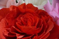 Künstlicher roter Blumenabschluß oben mit weißen lila Blumen auf Hintergrund Lizenzfreie Stockfotos