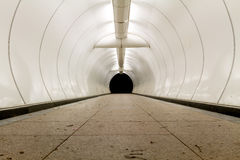 Künstlicher Tunnel/Unterführung stockfotos