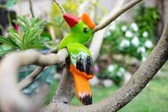 Künstlicher Vogel, der auf Baum sitzt Lizenzfreies Stockbild