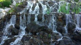 Künstlicher Wasserfall stock footage
