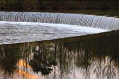 Künstlicher Wasserfall auf dem Svisloch-Fluss in Minsk Stockfotografie