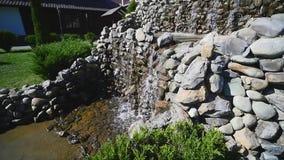 Künstlicher Wasserfall im Freien im Park stock footage