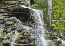 Künstlicher Wasserfall im Park Lizenzfreies Stockfoto