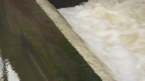 Künstlicher Wasserfall, Wasser-Verdammungs-Nahaufnahme stock video footage