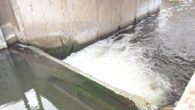 Künstlicher Wasserfall, Wasser-Verdammungs-Nahaufnahme stock footage
