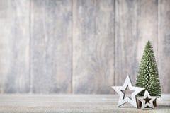 Künstlicher Weihnachtsbaum auf einem hölzernen Hintergrund Lizenzfreie Stockfotografie