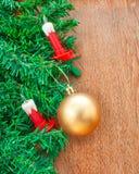 Künstlicher Weihnachtsbaum, elektrische Kerzen und goldener Ball Stockbilder