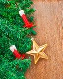 Künstlicher Weihnachtsbaum, elektrische Kerzen und Goldstern Stockbild