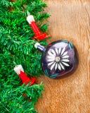 Künstlicher Weihnachtsbaum, elektrische Kerzen und purpurroter Ball Stockbild