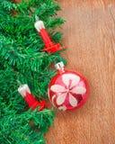 Künstlicher Weihnachtsbaum, elektrische Kerzen und rosa Ball Stockfotos