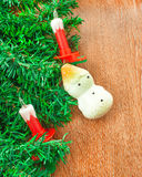 Künstlicher Weihnachtsbaum, elektrische Kerzen und Schneemann Stockbild