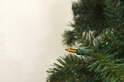 Künstlicher Weihnachtsbaum gegen Wand Lizenzfreies Stockfoto