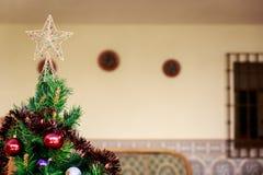 Künstlicher Weihnachtsbaum mit Bällen von verschiedenen Farben Stockfotos
