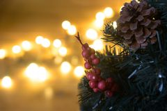 Künstlicher Weihnachtsbaum mit bokeh Lichtern lizenzfreie stockbilder