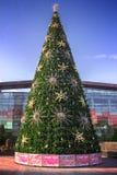 Künstlicher Weihnachtstannenbaum nahe dem Einkaufszentrum in Moskau Stockfotos