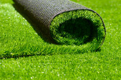 Künstliches gerolltes grünes Gras Stockfoto