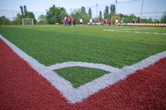 Künstliches Gras Mini Football Goal On Ans Fußball-Ecktritt Stockbild