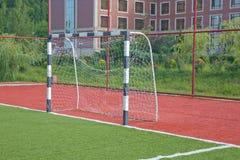 Künstliches Gras Mini Football Goal On Ans Fußballziel auf einem grünen Rasen lizenzfreies stockfoto