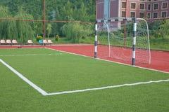 Künstliches Gras Mini Football Goal On Ans Fußballziel auf einem grünen Rasen Stockfoto