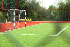 Künstliches Gras Mini Football Goal On Ans Fußballziel auf einem grünen Rasen Fußballplatz nahe Zaun am Tagessonnigen Tag stockbild