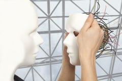 Künstliches Mannkonzept - androide Robotergriffe klonen Laterne m lizenzfreies stockfoto