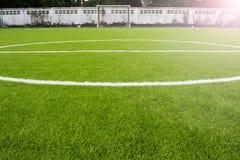 Künstliches Rasenfußballplatzgrün-Weißgitter Lizenzfreie Stockfotos