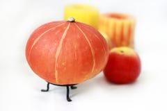 Kürbis, Apfel, Kerze stockfoto