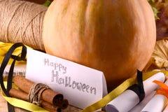 Kürbis auf hölzerner Platte, glückliches Halloween-Konzept Stockfotografie