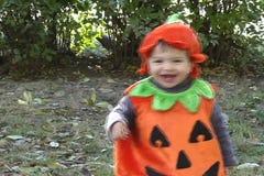 Kürbis-Baby geht und lacht stock video footage
