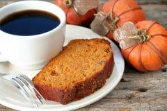 Kürbis-Brot und Kaffee Stockfotografie