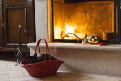Kürbis der schwarzen Katze, Halloweens und Süßigkeit nahe einem Feuer stockfotos
