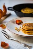 Kürbis gebackene Pfannkuchen auf einer Platte Stockbilder
