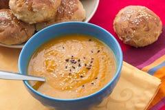 Kürbis gestampfte Suppe mit indischem Sesam Stockfotos